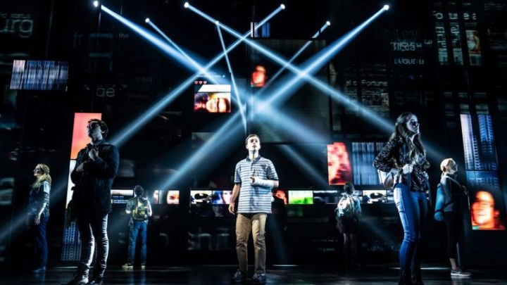 1-Stephen-Christopher-Anthony-as-Evan-Hansen-and-the-North-American-touring-company-of-DEAR-EVAN-HANSEN.-Photo-by-Matthew-Murphy-2019-800x533